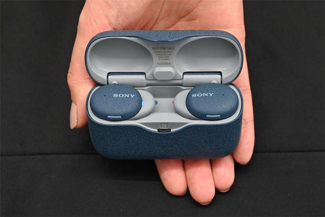 専用充電ケース。同社完全ワイヤレスイヤホンで最小・最軽量のサイズを実現
