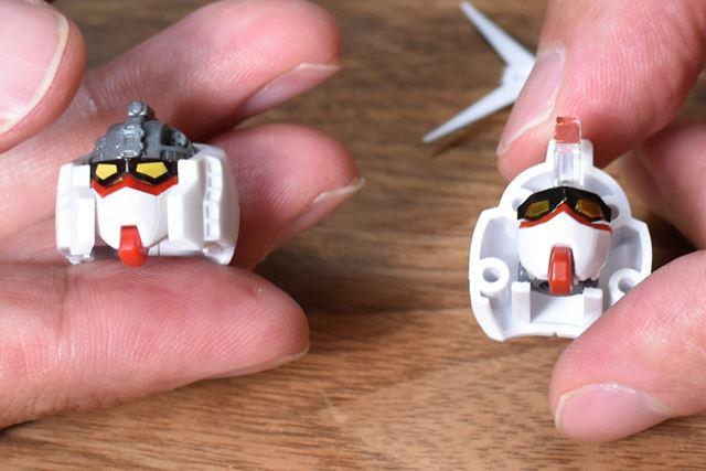 左が「Ver.1.0」で、右が「Ver.2.0」。後者は内部のメカがなくなり、構成パーツも大幅に少なくなった