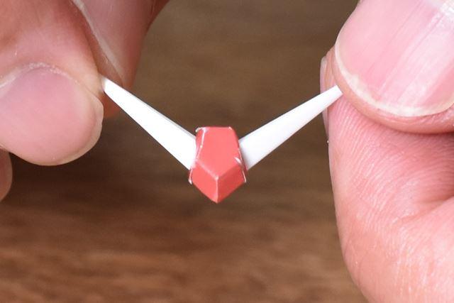赤い五角形の部分がまさかのシール仕様に! 貼るのはかなり難しい……
