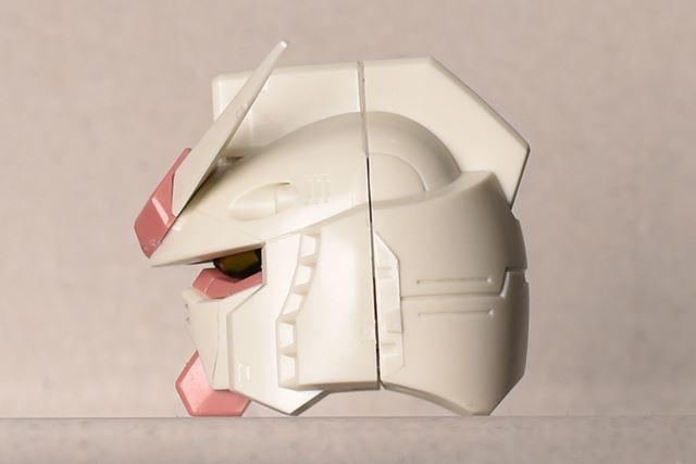 後頭部にかけての美しいモールドは、ロボット感をよりリアルに表現