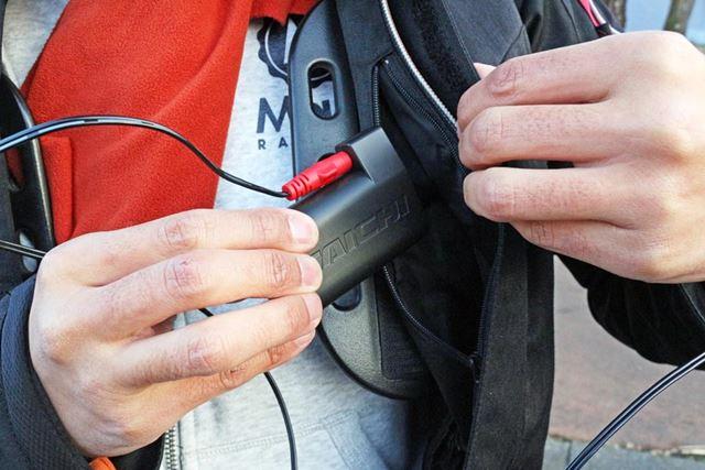 今回は、e-HEAT アームドショートグローブのモバイルバッテリーはウェアのポケットに入れることにした