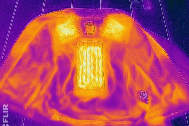 電源をオンにし、サーモグラフィーカメラで撮影すると、発熱している部分がよくわかる