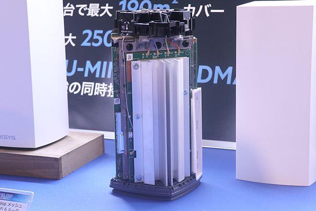 Velop AX MX5300のカバーを取った内部。上部がアンテナ、側面には大型のヒートシンクが配置されている