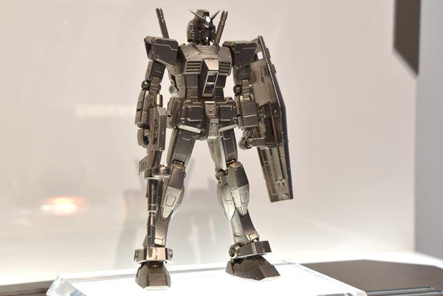 「ガンダリウム合金モデル 1/144 スケール RX-78-2 ガンダム」
