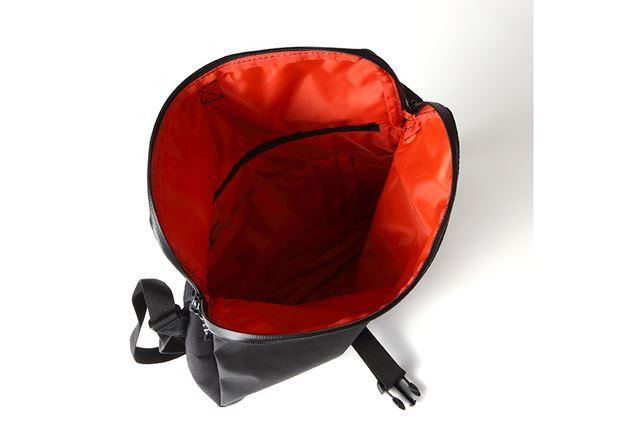 大きく開く開口部は、モノの出し入れがしやすい。また、閉じた状態でも、背面ファスナーからアクセスできる