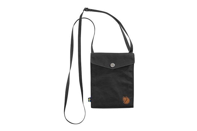 同社アウターのポケットをそのままバッグにしたようなデザイン。正面右下にはブランドロゴが入っている