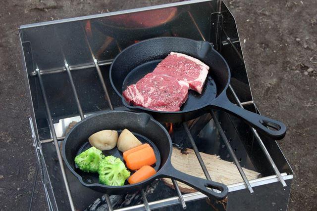 十分に熱したスキレットにサラダ油を引き、片方に牛肉、もういっぽうにカットした野菜を入れます