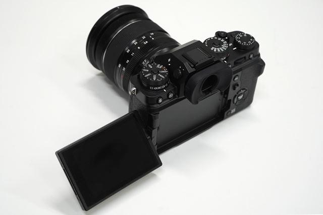 1桁型番のX-Tシリーズとしては初めてバリアングル液晶モニターを搭載。 高級コンデジ「X100V」のチルト液晶と同じような考えのデザインで、モニター収納時によりフラットな形状になるようにモニターが背面と底面に収まる構造を実現。 可動部も奥行を抑えた形状になっている