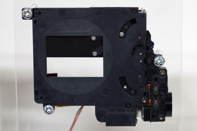 新開発のシャッターユニット。X-T3と比べて約30%の静音化を実現している