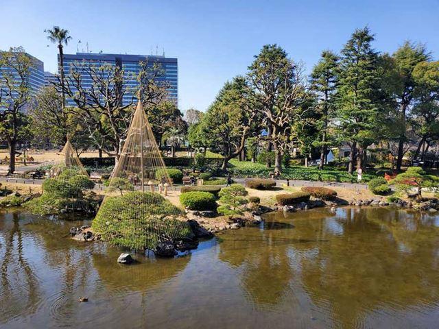 晴天下の日本庭園。等倍にすると周辺が少し粗くなるが、中央部は解像感も十分。空の階調もキレイだ