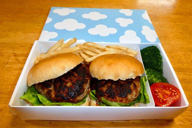 小さめの丸パンでハンバーガーを。ポテトフライを添えてアウトドアのお弁当に
