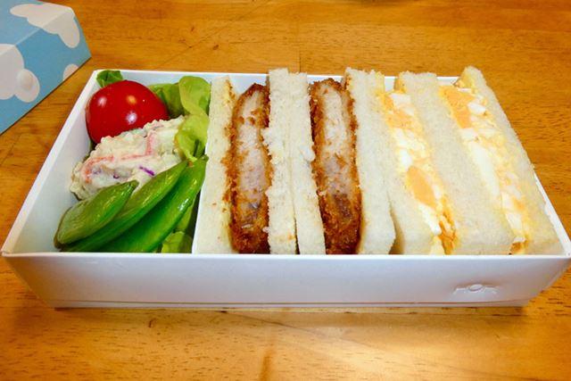 手を汚さないという意味ならサンドイッチが最強。パンにピッタリなサイズ感もいいですね