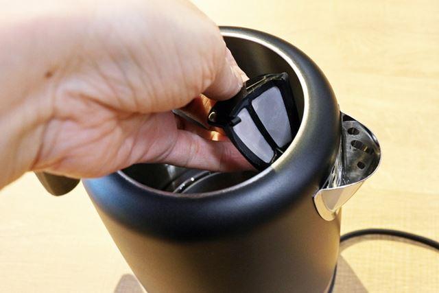 注ぎ口手前にはフィルターも装備されています。フィルターは取り外して水洗い可能
