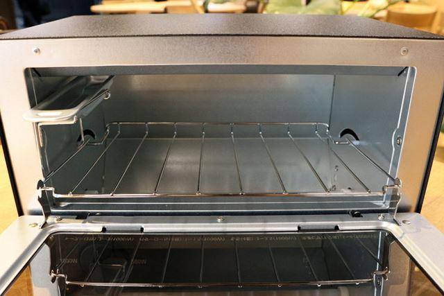 庫内サイズは260(幅)×180(奥行)×78(高さ)mm。食パンは1度に2枚まで焼けます