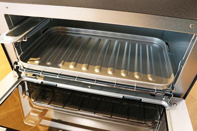 脂や汁が出やすいものも加熱できるように受け皿が付属