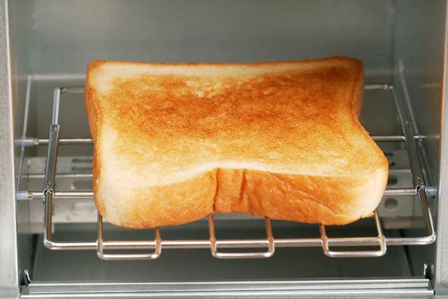 5分の加熱で焼きあがったトーストがこちら。焼き目がしっかりとついており、焼きムラも気にならない