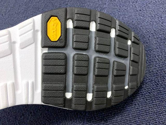 ミッドソールの前足部には、高反発素材の「FASTFOAM」を内蔵。蹴り出し時に力強い推進力を与えてくれる