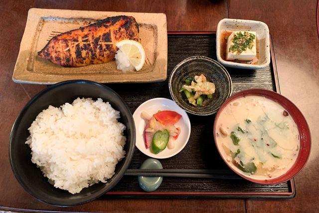 白米(120g)、味噌汁(お椀1杯)、焼魚(1切)、小鉢3種(日替わり)
