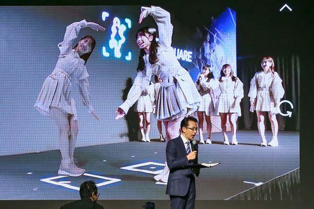 「AR SQUARE」のコンテンツ例。3Dホログラム化されたAKB48メンバーとポーズをとって撮影できる