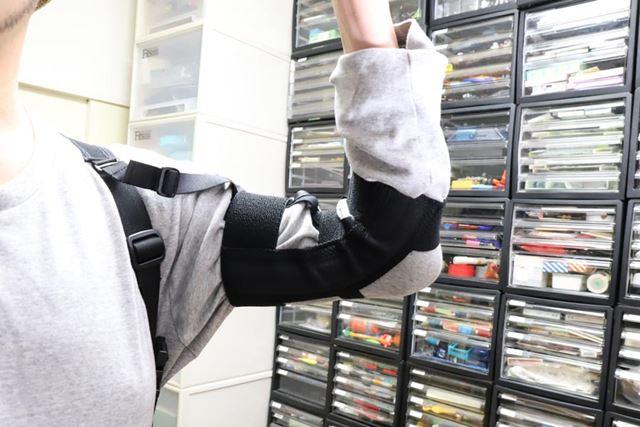 「作業アシストサポーター(ウデ)」。側面の板バネが腕の曲げ伸ばしに弾みを付けてくれます