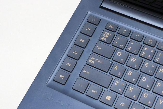 キーボードの左側にP1〜P5の5つのプロキーを搭載その上には電源ボタンが配置されている