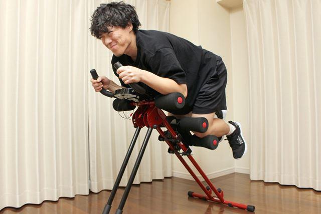 足を持ち上げる運動で腹筋を鍛える仕組み。この運動を、仕事の休憩時に「1セット=15回」で行うことに
