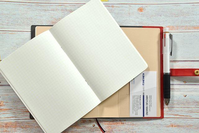 薄いノートが別冊で付属する手帳などもある
