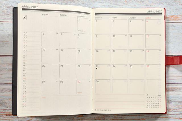 月間ブロックのページ。1日の予定欄は無地でシンプルだが、月齢も六曜もきっちりと記載されている