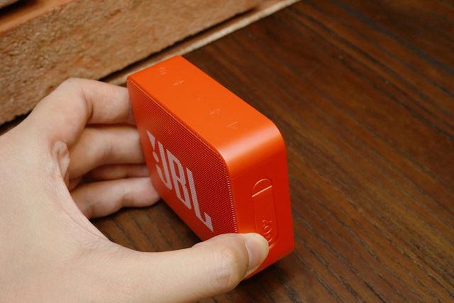 電源、再生、音量操作ボタンは本体上部に用意