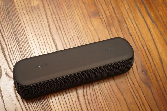 低音を増強する独自の「BassUpテクノロジー」は、本体上のボタンから操作可能