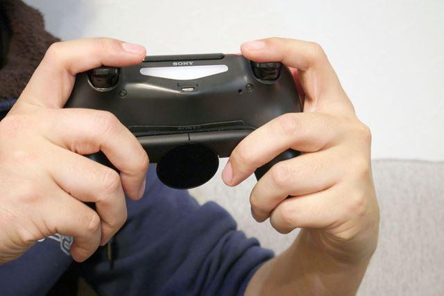 「DUALSHOCK 4」に装着すると、ちょうどグリップの上部にボタンが配置されるような設計
