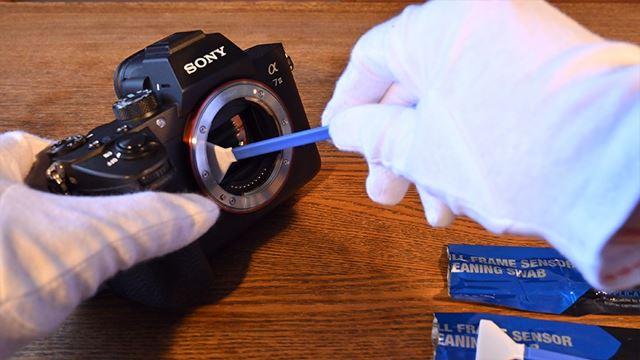 クリーニング液を付けたスワブで清掃した後に、新しいスワブを使って乾拭きしてください