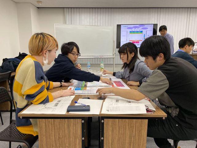 バランスシートの読み方などを学ぶN高投資部の部員たち(N高提供)