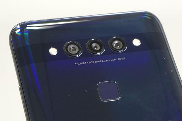 メインカメラは、左から超広角カメラ、動画撮影時の低照度カメラ、標準カメラという並びだ