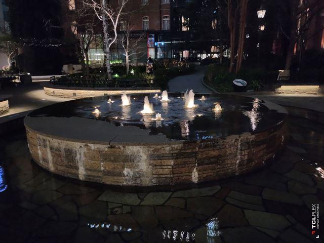 夜の噴水。全般に暗いのは確かだが、肉眼の印象には近い