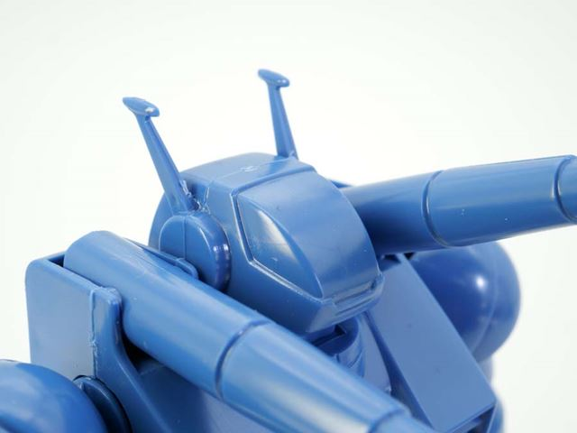 頭部をアップで。キャノピー含め、ブルー1色です。側面の小さなアンテナは接着剤でくっつけます