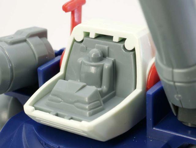 BB戦士ながらキャノピーにはクリアパーツが使用されており、中にはパイロットの造形も