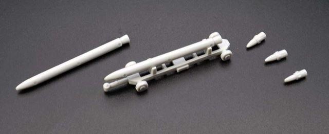 ミサイルや200mm徹甲弾が同梱します。なかなかマニアックな付属品です