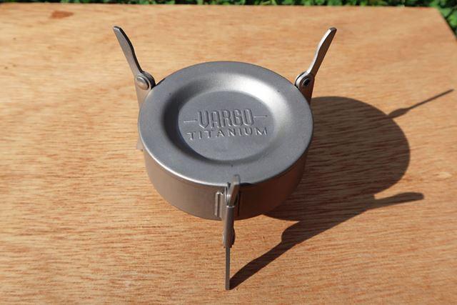 固形燃料を使う場合は、凹部を上にする。3本のゴトクはストーブの足も兼ねる