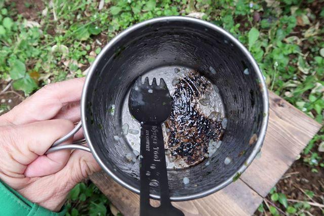 底面にはチタン製クッカーの宿命ともいえる焦げ。だが、この程度なら自宅で洗い落とせる