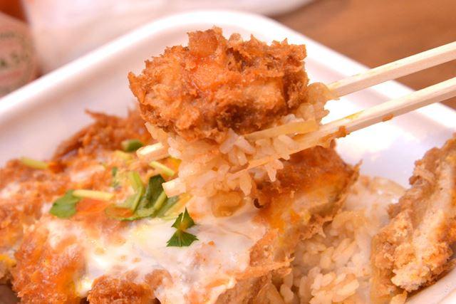 """天丼などの""""タレ系丼もの""""ではない""""つゆ系丼もの""""には、アクセント的にたらすのがベター"""