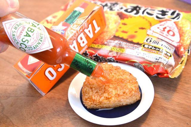 「タバスコ」自体にほんのりとろみはあるものの、割と米粒のすき間に染み込んでいきます