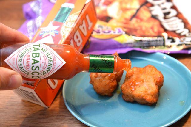 チキンナゲットを辛いソースに付けて食べる感覚に近いものはありますが……