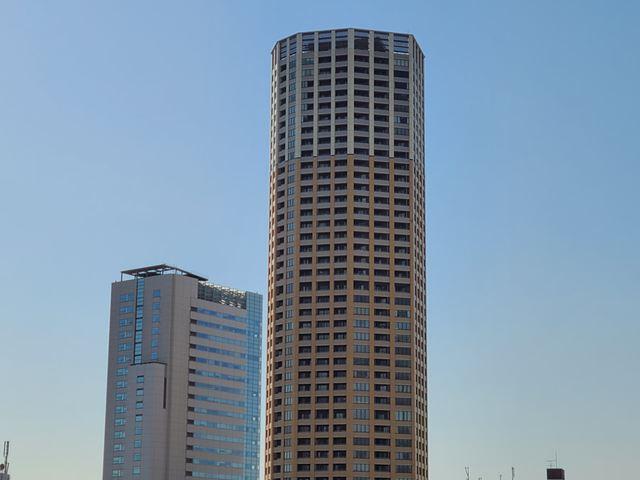同じ構図を望遠カメラで撮影。80mmに近い焦点距離のため、高層ビルの細部もハッキリ写るようになる
