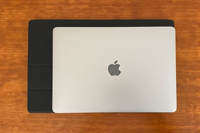 本体サイズはMacBook Pro(13inch)よりひと回り大きい程度