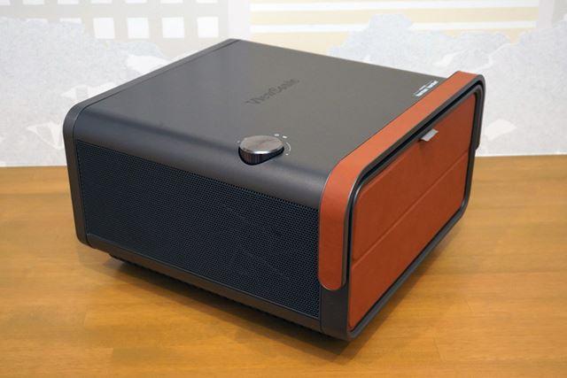 持ち運びに便利なハンドルも用意。レザー調のカバーの内側に各種端子が並ぶ