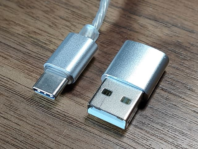 付属のUSB Type-A変換アダプターで一般的なパソコンなどにも接続できる