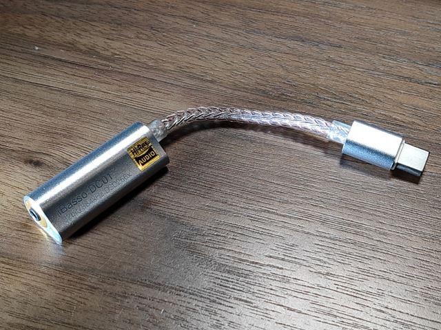 2.5mmのバランス端子を採用する「DC01」。搭載DACは据え置きオーディオなどにも使われている「AK4493EQ」だ