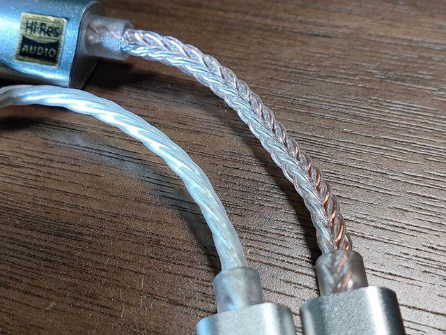 ケーブルは「DC01」が8芯、「DC02」が4芯タイプになっている