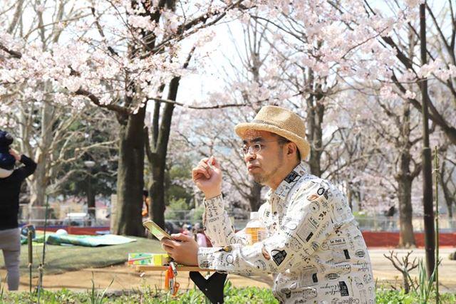 ちょいちょい休憩と称して、スマホで桜を撮ったり、おやつを食べたり。快適過ぎる